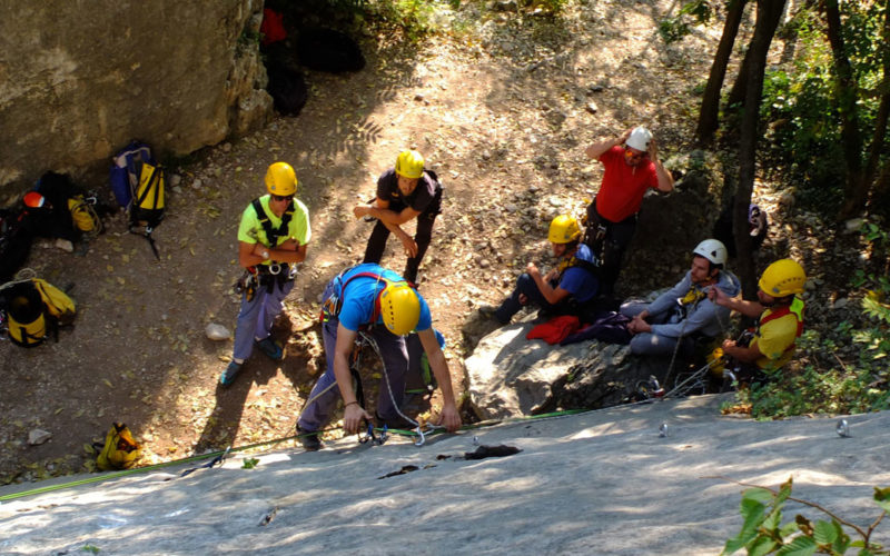 gruppo al corso di sicurezza con guida alpina